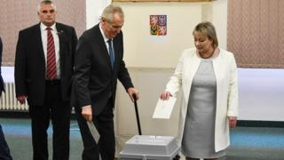 Milos Zeman (C) casts his vote - 26 January