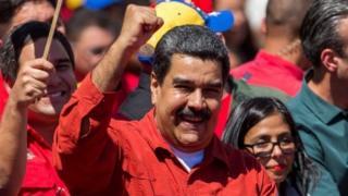 نیکلاس مادورو، رئیسجمهور کنونی ونزوئلا، در میان بحران سیاسی و اقتصادی میخواهد برای دوره دوم رئیسجمهور شود.