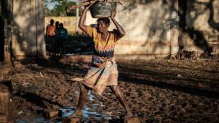mozambikte yürümeye çalışan bir kadın