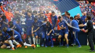 Les joueurs de Chelsea en train de sabler le champagne après leur victoire en finale de la Coupe d'Angleterre en 2018.
