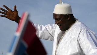 ガンビア・バンジュルに到着したアダマ・バロウ新大統領(26日)