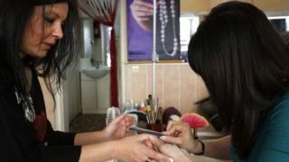 Nhiều người Việt nhập cư lậu làm nghề móng tay ở Anh