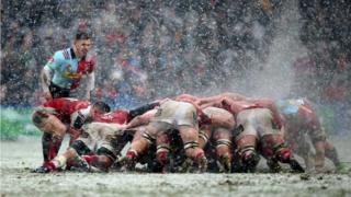 Регбисты в снегу.