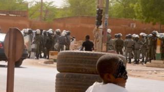 Des éléments des forces de l'ordre déployés dans une rue de Niamey (illustration).
