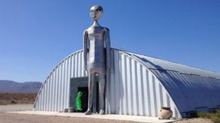 El llamado Centro de Investigación de Alienígenas es una tienda de souvenires situada en el extremo sur de la carretera.