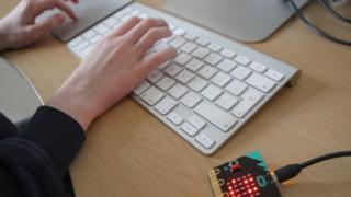 Програмирање на Мајкробит уређају