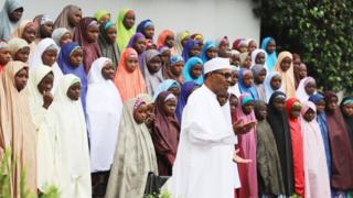President Buhari with di Dapchi school girls