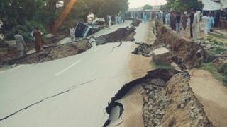 جہلم میں زلزلے کی وہ سے سڑک میں دراڑیں پڑ گئیں