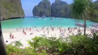 La masiva llegada de turistas a la famosa playa de Maya Bay.