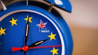 Relógio tem como marcas, em vez de números, estrelas que representam a União Europeia e o Reino Unido