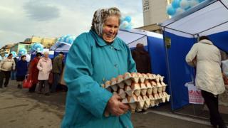 Пожилая женщина на рынке