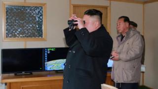 Ким Чен Ын во время испытаний ракеты зимой 2017 года