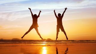 Юноша и девушка на фоне восходящего солнца