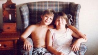 Sean com sua irmã, Erin