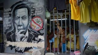 Prisão em Manila, com rosto de Duterte grafitado na parede ao lado de cela