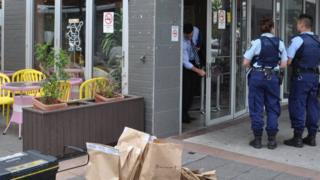 Cảnh lục soát ở một quán cà phê liên quan vụ điều tra