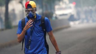 Joven con máscara contra el gas lacrimógeno