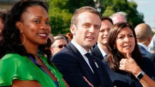 Le président Macron avec Anne Hidalgo et Laura Flessel, ministre des sports en juin dernier aux Invalides