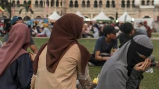 دادگاههای اسلامی در مالزی میتوانند با ازدواج افراد زیر ۱۶ سال موافقت کنند.