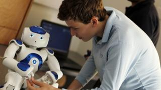 Robot NAO interactuando con un niño