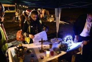 Di Prancis, para pengunjuk rasa rompi kuning merayakan Natal dengan kebaktian di jalan di kota Somain.