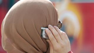 लंदन: ट्रेन का इंतजार कर रही मुस्लिम महिला का हिजाब उतारने की कोशिश