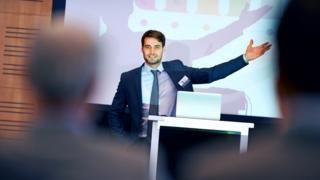 Imagen de un hombre dando una presentación en Power Point.