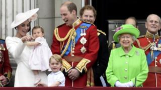 A familia real britanica reunida - Kate Middleton, príncipe William, os filhos George e Charlotte, o príncipe Harry e a rainha Elizabeth II