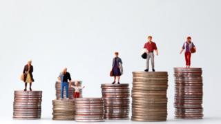 Pilhas de moedas com alturas diferentes e bonecos representando pessoas no topo