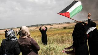 Dans le cadre de ce mouvement de protestation, appelé ''la grande marche du retour'', qui doit durer six semaines, les manifestants exigent le ''droit au retour'' des réfugiés palestiniens.