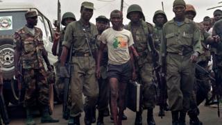 Un rebelle libérien arrêté par les soldats de l'ECOMOG le 30 octobre 1992 (illustration).