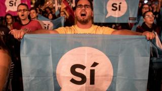 Catalães assistem a pronunciamento do presidente regional da Catalunha, Carles Puigdemont