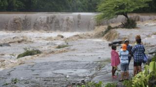 Afectados junto al río Masachapa, en Nicaragua.