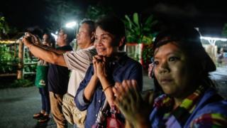 Pessoas acompanham chegada de garotos a hospital em Chiang Rai