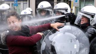"""Petrol fiyatlarına gelen zamları protesto etmek için Aralık ayında Brüksel'de sokağa çıkan bir kadın, polis tarafından yüzüne sıkılan göz yaşartıcı spreye maruz kaldı. Reuters fotoğrafçısı Yves Herman o anı şu sözlerle anlattı: """"Polis bir kadını gözaltına aldığında yanındaki kadın 'O yanlış bir şey yapmadı' diye bağırarak polise koştu. Sarı yeleği bile yoktu."""""""