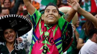 Con una careta y el atuendo histórico de Jorge Campos, algún fanático quiso animar a la selección mexicana.