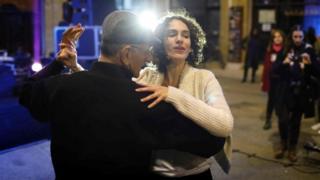 Греческий и турецкий киприоты танцуют в Никосии