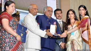 श्रीदेवी यांचा राष्ट्रीय पुरस्कार राष्ट्रपती रामनाथ कोविंद यांच्याकडून स्वीकारताना त्यांचे पती बोनी कपूर आणि मुली, बाजूला केंद्रीय मंत्री स्मृती इराणी