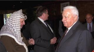 عرفات وشارون في مؤتمر السلام في امريكا عام 1998