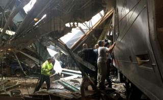 Funcionários observam destroços do acidente