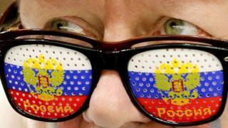 Человек в очках цвета сборной