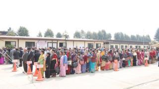 राष्ट्रपति निर्वाचनमा मतदान गर्दै