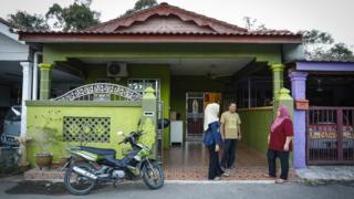 Keluarga Siti di rumahnya di Desa Padang Lembek