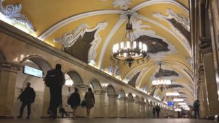 Pessoas caminham em estação de metrô em Moscou