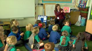 Rhianydd Lewis from Spectrum talking to a class of children