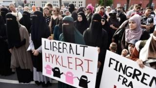 مئات المحتجين تظاهروا ضد حظر غطاء الوجه، الأربعاء