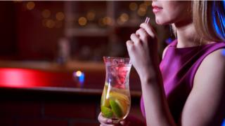 女性在喝酒