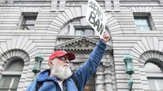 米サンフランシスコの連邦控訴裁判所の前で入国禁止命令に抗議する男性