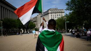(أرشيف) متظاهرون أمام البيت الأبيض يحتجون على فض اعتصام المعارضة في الخرطوم
