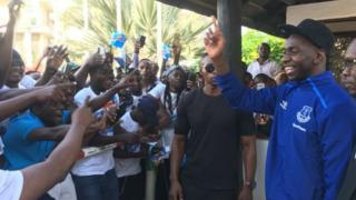 Mchezaji wa Everton Yannick Bollasie akikaribishwa na mashabiki wake nchini Tanzania